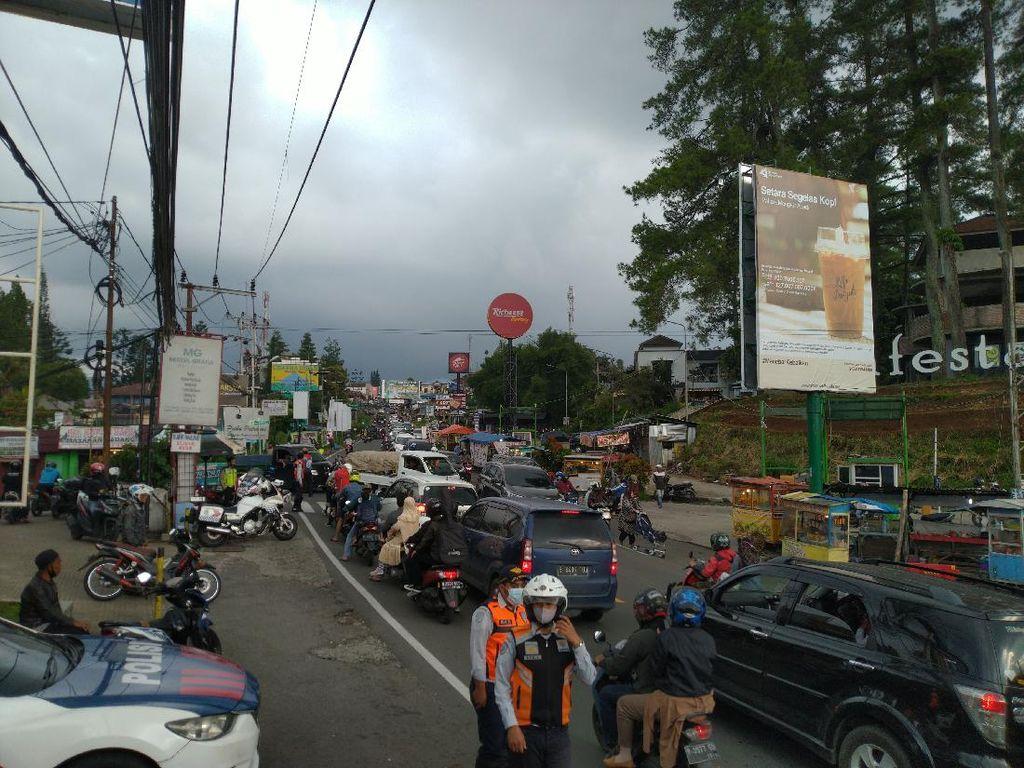 Jalur Puncak Bogor Macet di Pasar Cisarua Sore ini