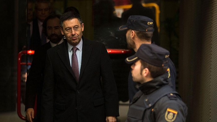 MADRID, SPAIN - FEBRUARY 13:  FC Barcelona president Josep Maria Bartomeu leaves Spains High Court on February 13, 2015 in Madrid, Spain. FC Barcelona president Josep Maria Bartomeu attended Spains High Court after being impeached by judge Pablo Ruz in his investigation of the Catalan clubs signing of Brazilian player Neymar Da Silva. Bartomeu is suspected of avoiding an estimated 2.8 million euros in tax.  (Photo by Gonzalo Arroyo Moreno/Getty Images)
