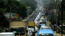 Kendaraan Mengular di Jalan Raya Puncak