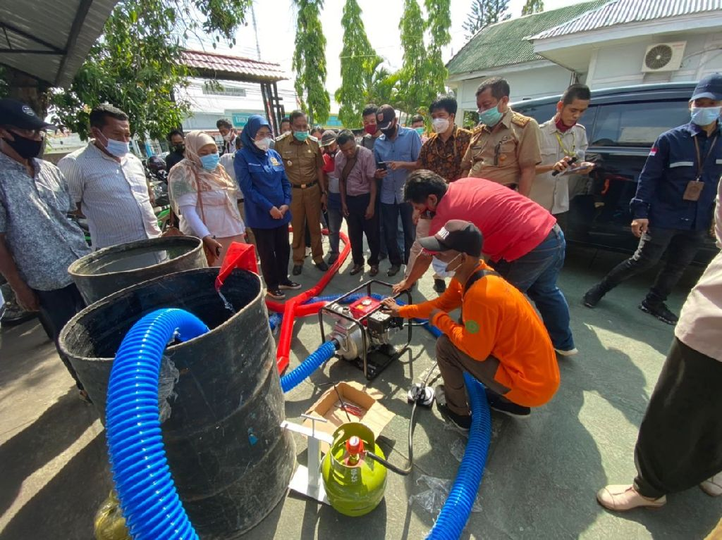 1.797 Paket Konversi BBMke BBGDibagikan ke Nelayan & Petani Bone