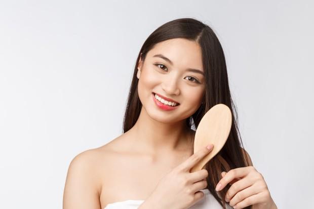 Pilih produk perawatan rambut dengan kandungan alami seperti lidah buaya atau lemon.