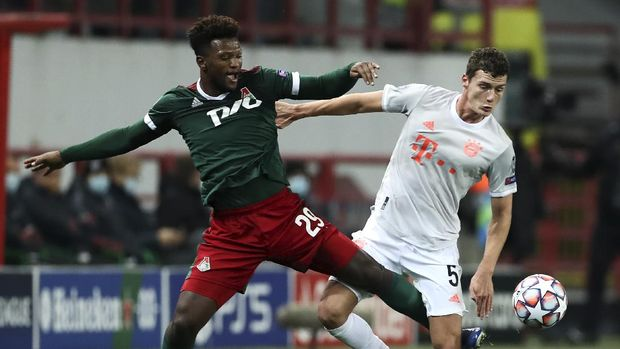 Lokomotiv's Ze Luis, left, and Bayern's Benjamin Pavard challenge for the ball during the Champions League group A soccer match between Lokomotiv Moscow and Bayern Munich in Moscow, Russia, Tuesday, Oct. 27, 2020. (Oleg Nikishin/Pool via AP)