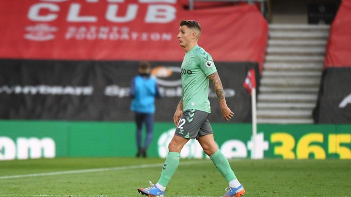 SOUTHAMPTON, ENGLAND - OCTOBER 25: Lucas Digne of Everton walks of the field after being shown a red card during the Premier League match between Southampton and Everton at St Marys Stadium on October 25, 2020 in Southampton, England. Sporting stadiums around the UK remain under strict restrictions due to the Coronavirus Pandemic as Government social distancing laws prohibit fans inside venues resulting in games being played behind closed doors. (Photo by Andy Rain - Pool/Getty Images)