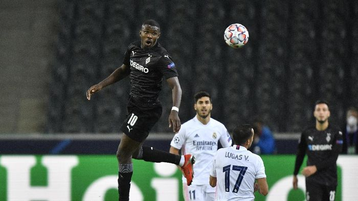 Moenchengladbachs Marcus Thuram, left, heads the ball past Real Madrids Lucas Vazquez during the Champions League group B soccer match between Borussia Moenchengladbach and Real Madrid at the Borussia Park in Moenchengladbach, Germany, Tuesday, Oct. 27, 2020. (AP Photo/Martin Meissner)