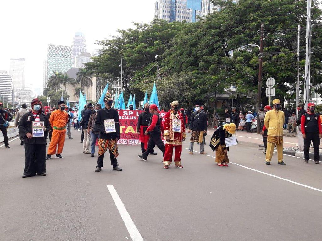 Gaya Massa Demo Tolak Omnibus Law di Patung Kuda Berbaju Adat