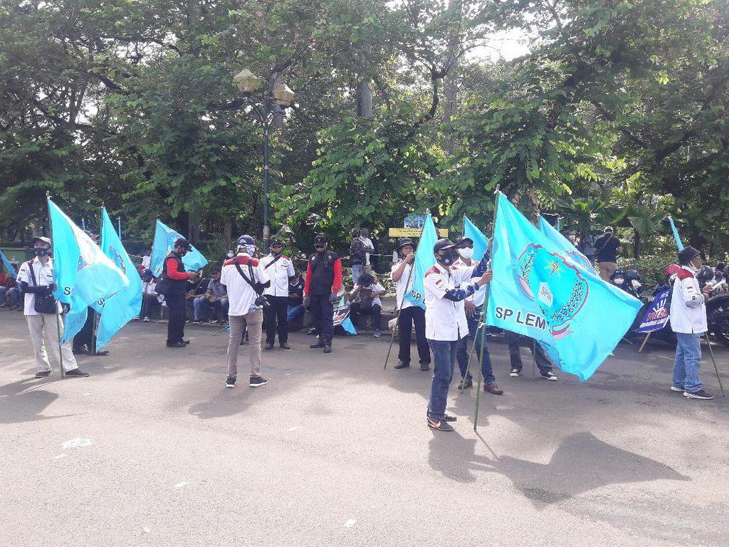 Massa Buruh Tolak Omnibus Law Mulai Berdatangan di Area Patung Kuda Jakpus