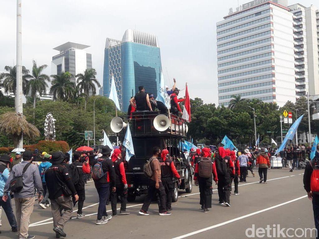 Bubarkan Diri, Massa Buruh Pamit ke Mahasiswa yang Demo di Patung Kuda