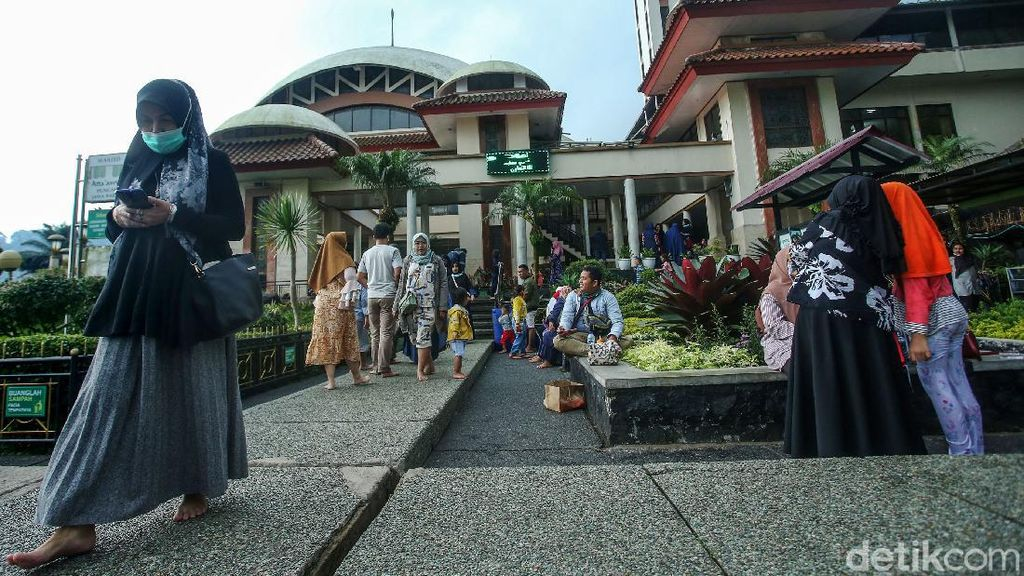 Menyegarkan Diri di Masjid AttaAwun Puncak