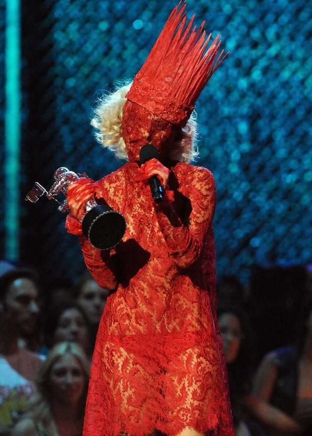Untuk mengikuti gaya kostum ini bisa memakai lace dress warna merah serta topengnya.