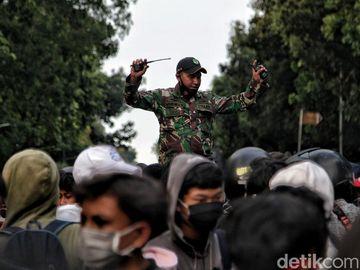 Prajurit TNI Kawal Massa ABG Bubarkan Diri dari Demo
