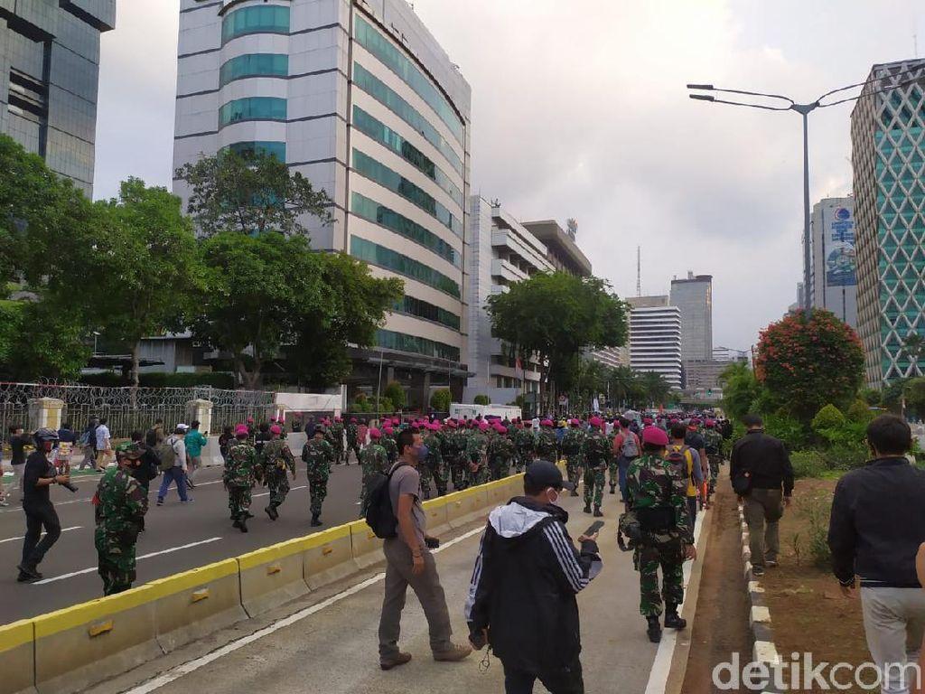 Prajurit TNI Kodam Jaya dan Marinir Kawal Massa ABG Bubarkan Diri dari Demo