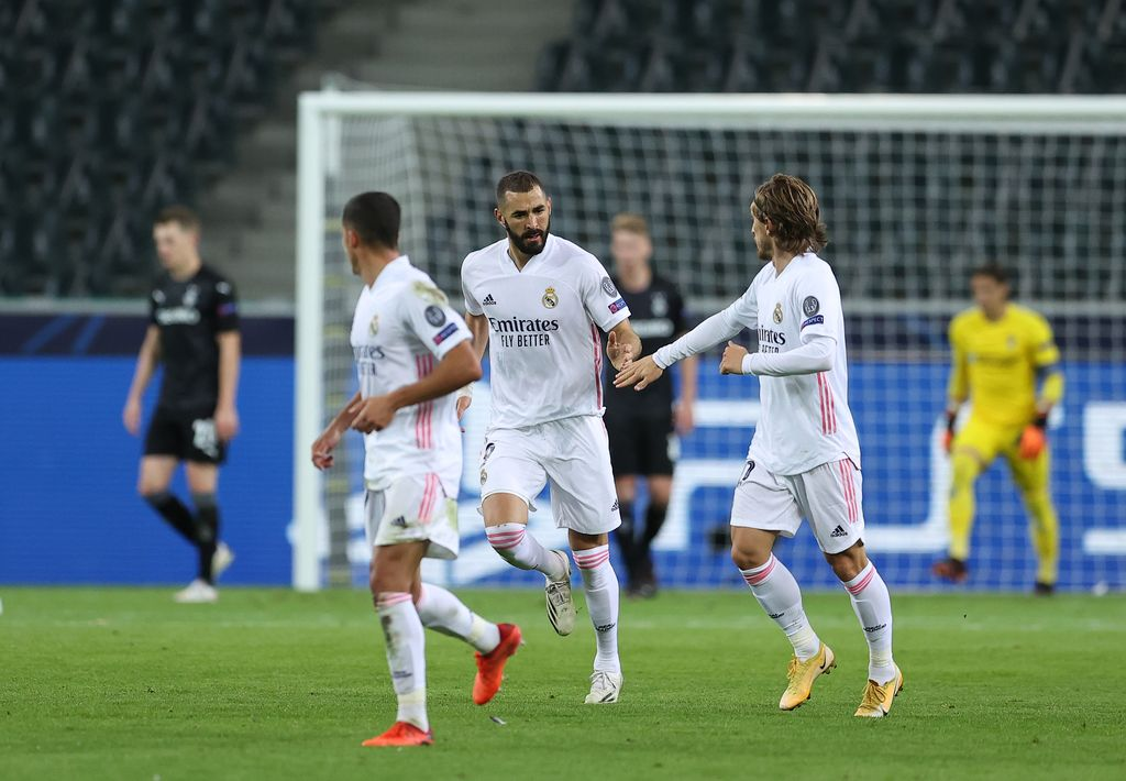 MOENCHENGLADBACH, GERMANY - OCTOBER 27: Karim Benzema of Real Madrid  celebrates after he scores his team's first goal  during the UEFA Champions League Group B stage match between Borussia Moenchengladbach and Real Madrid at Borussia-Park on October 27, 2020 in Moenchengladbach, Germany. Football Stadiums around Europe remain empty due to the Coronavirus Pandemic as Government social distancing laws prohibit fans inside venues resulting in fixtures being played behind closed doors. (Photo by Lars Baron/Getty Images)