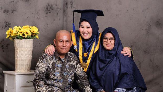 Rivqa Musjhtahida Arsyad (22) bersama kedua orang tuanya, Arsyad Hanafi dan Rusna Aning (dok. Istimewa).