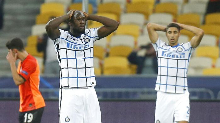 Inter Milans Romelu Lukaku, left, reacts after missing an opportunity to score during the Champions League, Group B, soccer match between Shakhtar Donetsk and Inter Milan at the Olimpiyskiy Stadium in Kyiv, Ukraine, Tuesday, Oct. 27, 2020.(AP Photo/Efrem Lukatsky)