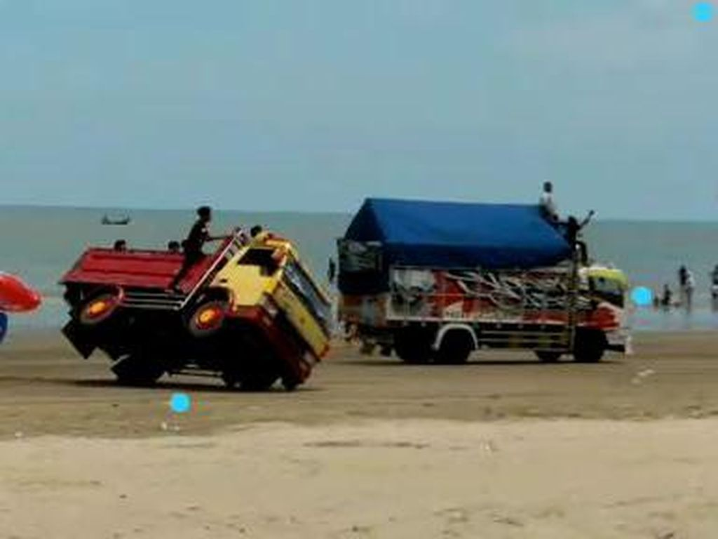 Viral Dua Truk Balapan Hingga Terguling, Pantai Cemara Tuban Ditutup