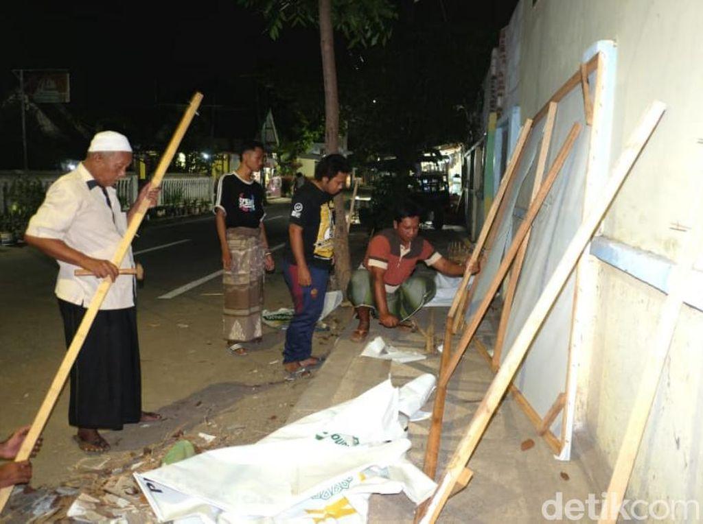 Warga Pasuruan Gotong Royong Perbaiki Baliho Gus Ipul-Mas Adi yang Dirusak