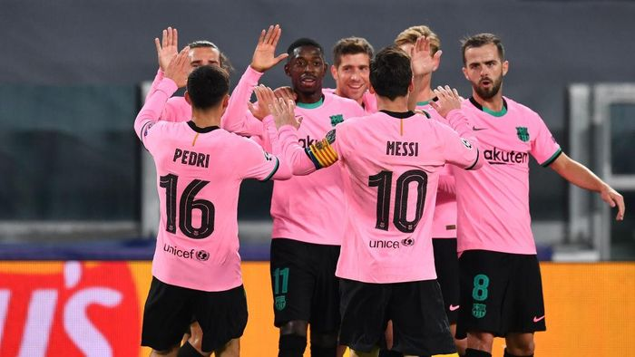 TURIN, ITALY - OCTOBER 28: Ousmane Dembele of Barcelona celebrates with his team mates after scoring his sides first goal during the UEFA Champions League Group G stage match between Juventus and FC Barcelona at Juventus Stadium on October 28, 2020 in Turin, Italy. Sporting stadiums around Italy remain under strict restrictions due to the Coronavirus Pandemic as Government social distancing laws prohibit fans inside venues resulting in games being played behind closed doors. (Photo by Valerio Pennicino/Getty Images)