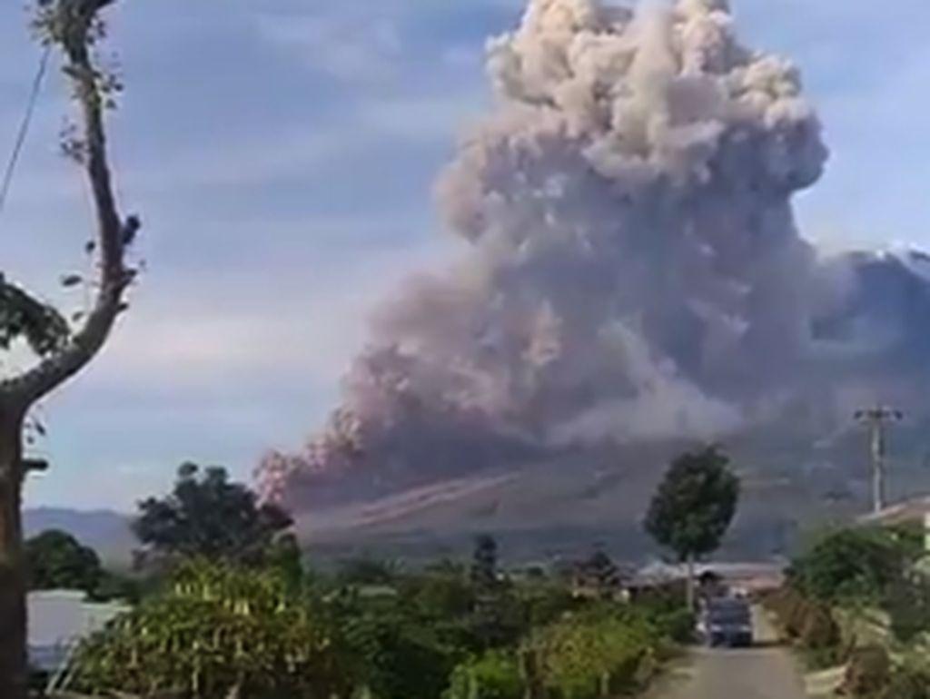 Gunung Sinabung Keluarkan Awan Panas, Wisatawan Diminta Tak Mendekat