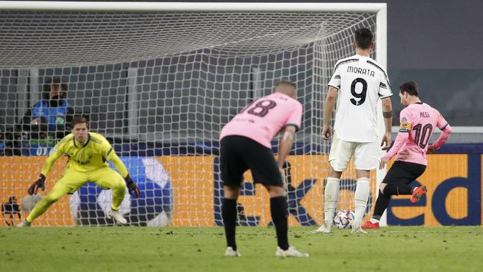 Barcelonas Lionel Messi, right, scores his sides second goal during the Champions League group G soccer match between Juventus and Barcelona at the Allianz stadium in Turin, Italy, Wednesday, Oct. 28, 2020. (AP Photo/Antonio Calanni)