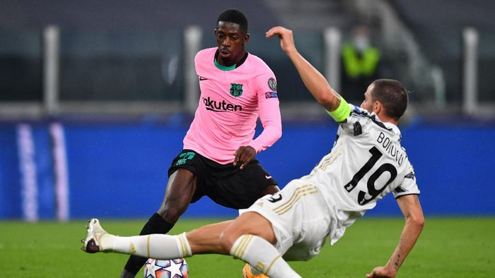 TURIN, ITALY - OCTOBER 28: Ousmane Dembele of Barcelona is challenged by Leonardo Bonucci of Juventus  during the UEFA Champions League Group G stage match between Juventus and FC Barcelona at Juventus Stadium on October 28, 2020 in Turin, Italy. Sporting stadiums around Italy remain under strict restrictions due to the Coronavirus Pandemic as Government social distancing laws prohibit fans inside venues resulting in games being played behind closed doors. (Photo by Valerio Pennicino/Getty Images)