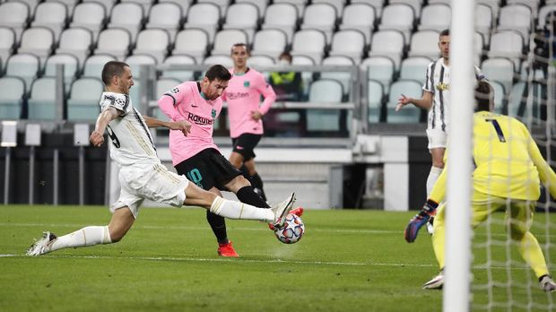 Juventus' Leonardo Bonucci, left, challenges Barcelona's Lionel Messi during the Champions League group G soccer match between Juventus and Barcelona at the Allianz stadium in Turin, Italy, Wednesday, Oct. 28, 2020. (AP Photo/Antonio Calanni)