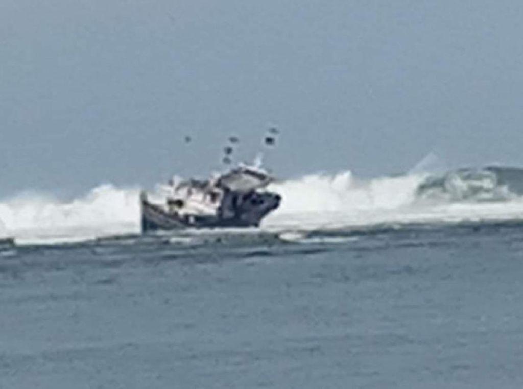 Kapal Tabrak Karang, Nelayan Asal Banten Terdampar di Ujung Genteng