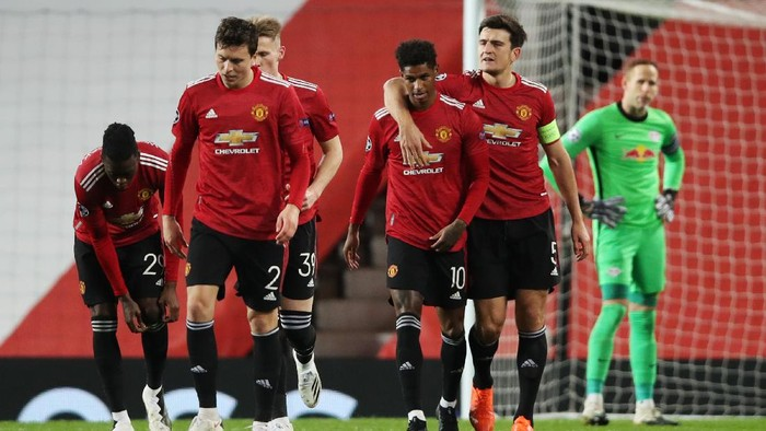 MANCHESTER, ENGLAND - OCTOBER 28: Marcus Rashford of Manchester United celebrates with his team mates after scoring his sides third goal during the UEFA Champions League Group H stage match between Manchester United and RB Leipzig at Old Trafford on October 28, 2020 in Manchester, England. Sporting stadiums around the UK remain under strict restrictions due to the Coronavirus Pandemic as Government social distancing laws prohibit fans inside venues resulting in games being played behind closed doors. (Photo by Clive Brunskill/Getty Images)