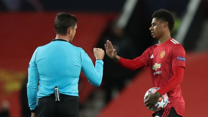 MANCHESTER, ENGLAND - OCTOBER 28: Marcus Rashford of Manchester United interacts with Match Referee Matej Jug following the UEFA Champions League Group H stage match between Manchester United and RB Leipzig at Old Trafford on October 28, 2020 in Manchester, England. Sporting stadiums around the UK remain under strict restrictions due to the Coronavirus Pandemic as Government social distancing laws prohibit fans inside venues resulting in games being played behind closed doors. (Photo by Clive Brunskill/Getty Images)