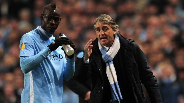 MANCHESTER, ENGLAND - MARCH 15:  Mario Balotelli of Man City speaks with Manager Roberto Mancini of Man City during the UEFA Europa League round of 16 second leg match between Manchester City FC and Sporting Lisbon at Etihad Stadium on March 15, 2012 in Manchester, England.  (Photo by Shaun Botterill/Getty Images)