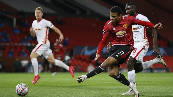 MANCHESTER, ENGLAND - OCTOBER 28: Mason Greenwood of Manchester United scores his sides first goal during the UEFA Champions League Group H stage match between Manchester United and RB Leipzig at Old Trafford on October 28, 2020 in Manchester, England. Sporting stadiums around the UK remain under strict restrictions due to the Coronavirus Pandemic as Government social distancing laws prohibit fans inside venues resulting in games being played behind closed doors. (Photo by Clive Brunskill/Getty Images)
