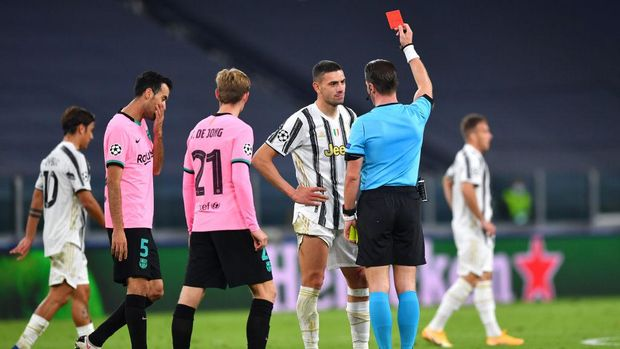 TURIN, ITALY - OCTOBER 28: Merih Demiral of Juventus is shown a red card by referee Danny Makkelie after receiving a second yellow card during the UEFA Champions League Group G stage match between Juventus and FC Barcelona at Juventus Stadium on October 28, 2020 in Turin, Italy. Sporting stadiums around Italy remain under strict restrictions due to the Coronavirus Pandemic as Government social distancing laws prohibit fans inside venues resulting in games being played behind closed doors. (Photo by Valerio Pennicino/Getty Images)
