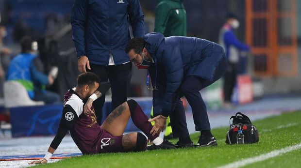 ISTANBUL, TURKEY - OCTOBER 28: Neymar of Paris Saint-Germain receives medical treatment during the UEFA Champions League Group H stage match between Istanbul Basaksehir and Paris Saint-Germain at Basaksehir Fatih Terim Stadyumu on October 28, 2020 in Istanbul, Turkey. Sporting stadiums around Turkey remain under strict restrictions due to the Coronavirus Pandemic as Government social distancing laws prohibit fans inside venues resulting in games being played behind closed doors. (Photo by Ozan Kose - Pool/Getty Images)