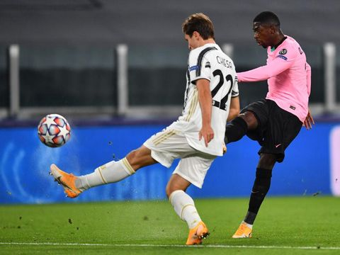 TURIN, ITALY - OCTOBER 28: Ousmane Dembele of Barcelona scores his sides first goal whilst under pressure from Federico Chiesa of Juventus during the UEFA Champions League Group G stage match between Juventus and FC Barcelona at Juventus Stadium on October 28, 2020 in Turin, Italy. Sporting stadiums around Italy remain under strict restrictions due to the Coronavirus Pandemic as Government social distancing laws prohibit fans inside venues resulting in games being played behind closed doors. (Photo by Valerio Pennicino/Getty Images)