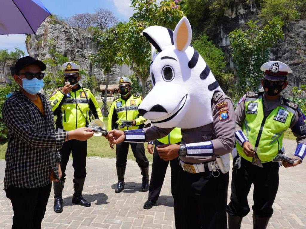 Cara Simpatik Polisi di Gresik Sosialisasikan Prokes di Tempat Wisata