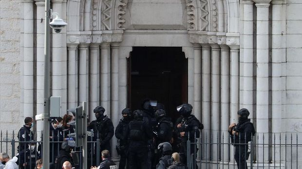 French members of the elite tactical police unit RAID enter to search the Basilica of Notre-Dame de Nice after a knife attack in Nice on October 29, 2020. - France's national anti-terror prosecutors said Thursday they have opened a murder inquiry after a man killed three people at a basilica in central Nice and wounded several others. The city's mayor, Christian Estrosi, told journalists at the scene that the assailant, detained shortly afterwards by police,