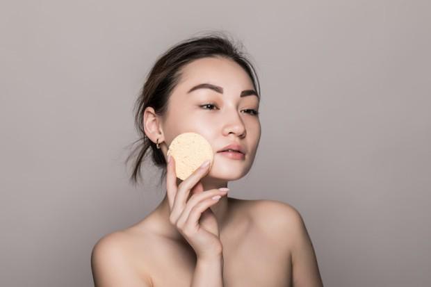 Mulai dari cara penggunaan produk kecantikan yang tidak tepat, pemilihan kandungan produk yang salah, cuaca bahkan usia