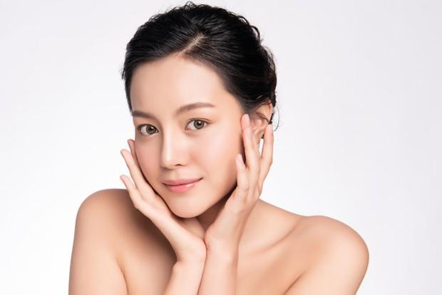 Memperbaiki skin barrier yang rusak bisa dilakukan dengan menghidrasi kulit secara baik dan memangkas penggunaan skincare