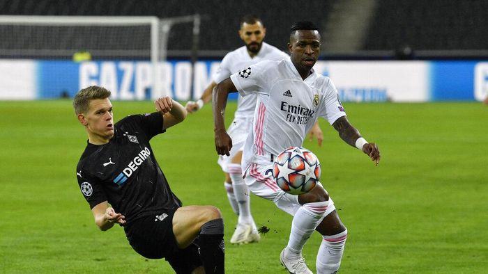 Real Madrids Vinicius Junior, right, fights for the ball with Moenchengladbachs Matthias Ginter during the Champions League group B soccer match between Borussia Moenchengladbach and Real Madrid at the Borussia Park in Moenchengladbach, Germany, Tuesday, Oct. 27, 2020. (AP Photo/Martin Meissner)