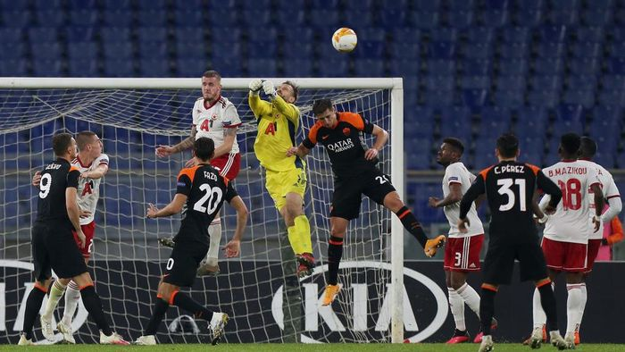 ROME, ITALY - OCTOBER 29:  Gustavo Busatto of CSKA-Sofia in action against AS Roma players during the UEFA Europa League Group A stage match between AS Roma and CSKA-Sofia at Stadio Olimpico on October 29, 2020 in Rome, Italy.  (Photo by Paolo Bruno/Getty Images)
