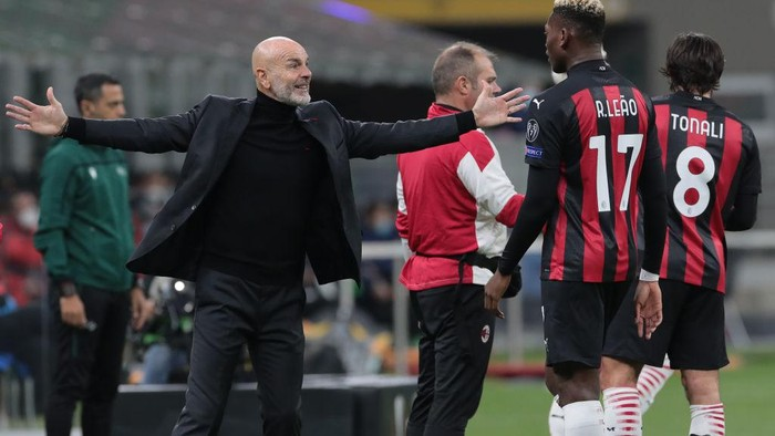 MILAN, ITALY - OCTOBER 29:  AC Milan coach Stefano Pioli celebrates with his player Rafael Leao during the UEFA Europa League Group H stage match between AC Milan and AC Sparta Praha at San Siro Stadium on October 29, 2020 in Milan, Italy. (Photo by Emilio Andreoli/Getty Images)