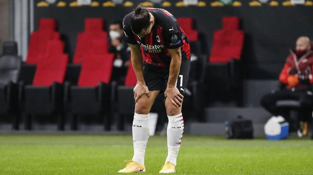 AC Milan's Zlatan Ibrahimovic touches his knees during the Europa League Group H soccer match between AC Milan and Sparta Praha at the San Siro Stadium, in Milan, Italy, Thursday, Oct. 29, 2020. (AP Photo/Antonio Calanni)