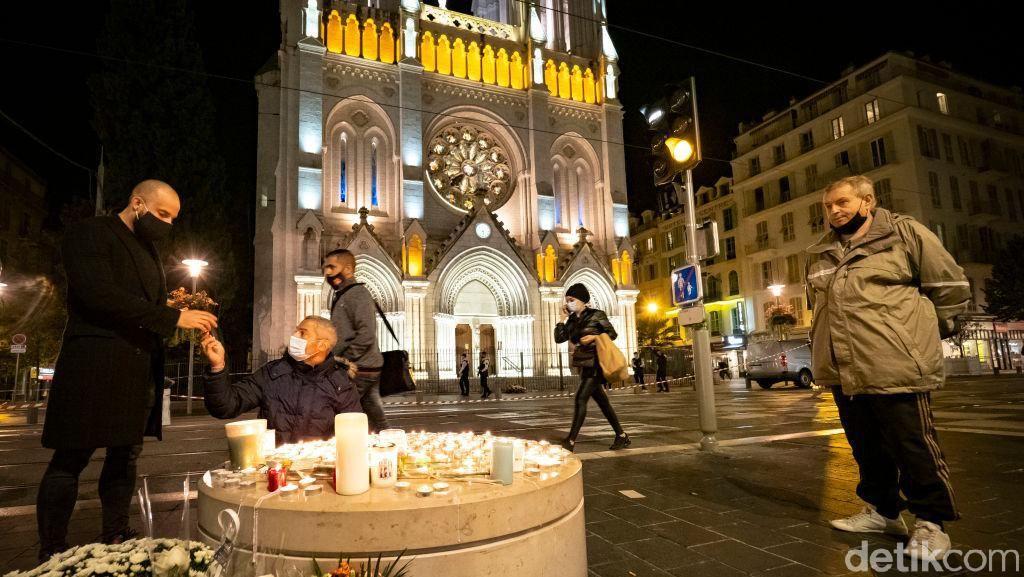 Aksi Simpatik Warga Paris di Gereja Notre Dame