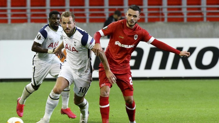 Tottenhams Harry Kane, center, vies for the ball against Royal Antwerps Jeremy Gelin during the Europa League Group J soccer match between Antwerp and Tottenham at the Bosuil stadium in Antwerp, Belgium, Thursday, Oct. 29, 2020. (AP Photo/Francois Walschaerts)