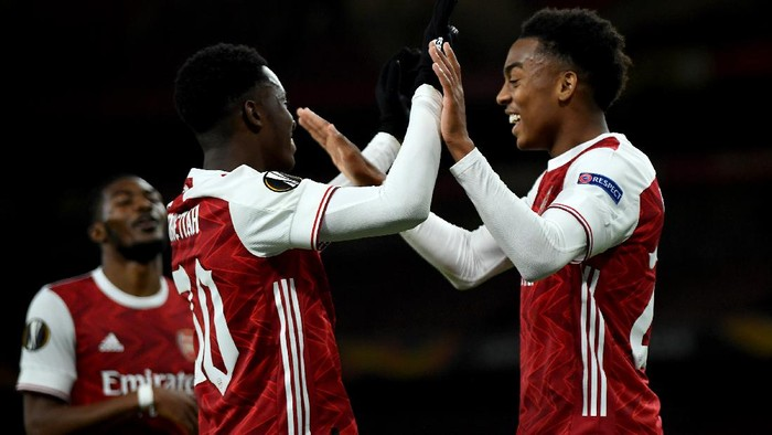 LONDON, ENGLAND - OCTOBER 29: Joe Willock of Arsenal celebrates with teammate Eddie Nketiah after scoring his teams second goal during the UEFA Europa League Group B stage match between Arsenal FC and Dundalk FC at Emirates Stadium on October 29, 2020 in London, England. Sporting stadiums around the UK remain under strict restrictions due to the Coronavirus Pandemic as Government social distancing laws prohibit fans inside venues resulting in games being played behind closed doors. (Photo by Mike Hewitt/Getty Images)