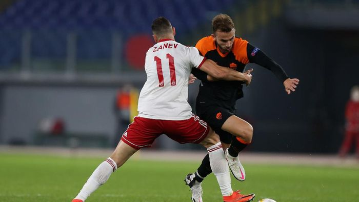 ROME, ITALY - OCTOBER 29:  Borja Mayoral of AS Roma competes for the ball with Peter Zanev of CSKA-Sofia during the UEFA Europa League Group A stage match between AS Roma and CSKA-Sofia at Stadio Olimpico on October 29, 2020 in Rome, Italy.  (Photo by Paolo Bruno/Getty Images)