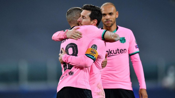 TURIN, ITALY - OCTOBER 28: Jordi Alba of Barcelona and team mate Lionel Messi embrace during the UEFA Champions League Group G stage match between Juventus and FC Barcelona at Juventus Stadium on October 28, 2020 in Turin, Italy. Sporting stadiums around Italy remain under strict restrictions due to the Coronavirus Pandemic as Government social distancing laws prohibit fans inside venues resulting in games being played behind closed doors. (Photo by Valerio Pennicino/Getty Images)