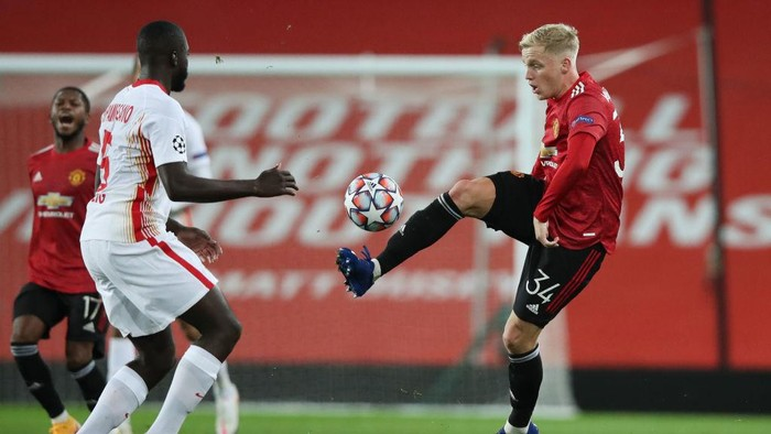MANCHESTER, ENGLAND - OCTOBER 28: Donny Van De Beek of Manchester United is challenged by Dayot Upamecano of RB Leipzig during the UEFA Champions League Group H stage match between Manchester United and RB Leipzig at Old Trafford on October 28, 2020 in Manchester, England. Sporting stadiums around the UK remain under strict restrictions due to the Coronavirus Pandemic as Government social distancing laws prohibit fans inside venues resulting in games being played behind closed doors. (Photo by Clive Brunskill/Getty Images)