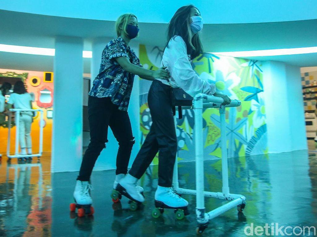Celebrity on Vacation: Main Sepatu Roda di Moja Museum Jakarta