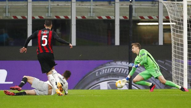 AC Milan's Diogo Dalot, left, scores his side's third goal during the Europa League Group H soccer match between AC Milan and Sparta Praha at the San Siro Stadium, in Milan, Italy, Thursday, Oct. 29, 2020. (AP Photo/Antonio Calanni)