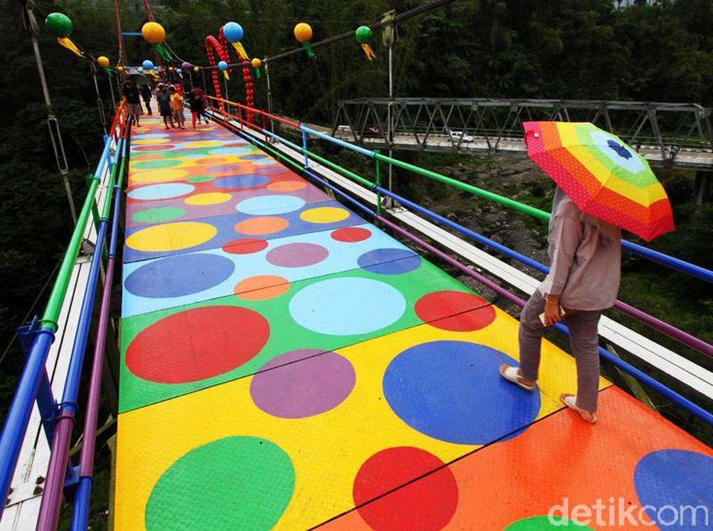 Jembatan Polkadot Warna-warni Ini Ada di Lereng Merapi Lho